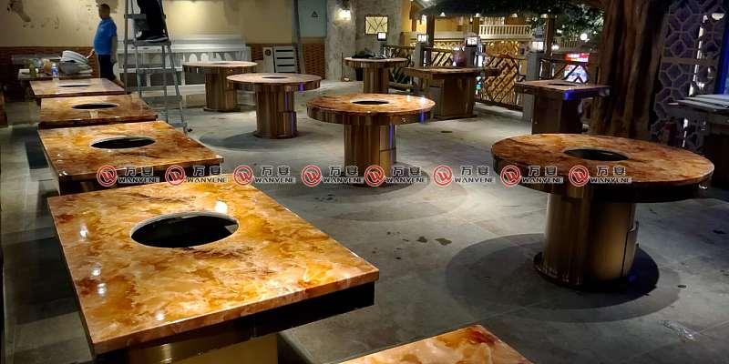 火锅桌子在餐厅大厅
